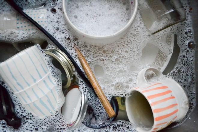 5 cách rửa bát sai lầm gây nguy hại cho sức khỏe mà hầu hết mọi người đều mắc phải - Ảnh 1.