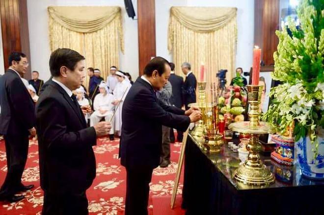 Tại lễ quốc tang thủ tướng Phan Văn Khải: Rất đông cán bộ đến thắp hương kính viếng.