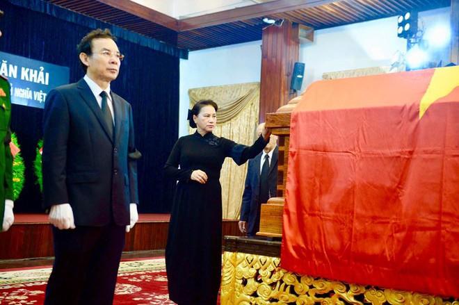 Chủ tịch Quốc hội Nguyễn Thị Kim Ngân đi quanh thi hài cố Thủ tướng Phan Văn Khải.