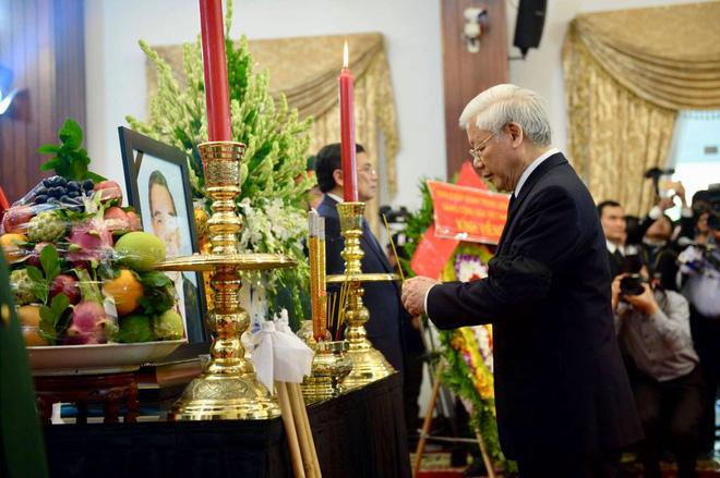 Các lãnh đạo cao cấp của Đảng, Nhà nước.., đi quanh thi hài nhìn mặt Nguyên thủ tướng Phan Văn Khải lần cuối.