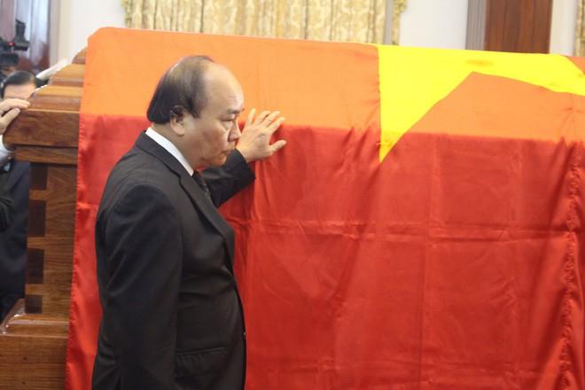 Tại lễ tang thủ tướng Phan Văn Khải: Thủ tướng Nguyễn Xuân Phúc đi quoanh linh cữu thủ tướng Phan Văn Khải.