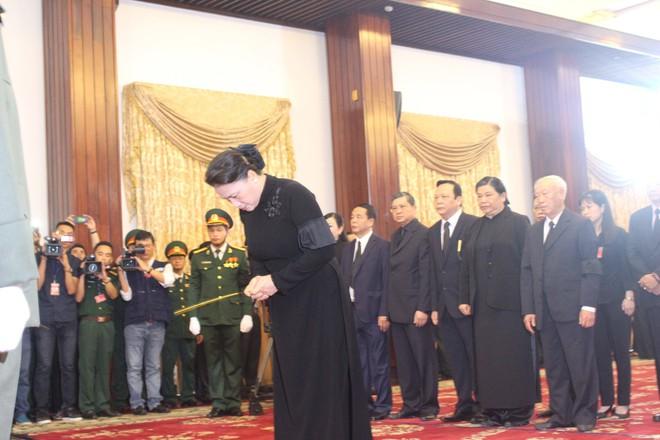 Chủ tịch Quốc hội Nguyễn Thị Kim Ngân dâng hương tại lễ tang nguyên thủ tướng Phan Văn Khải.