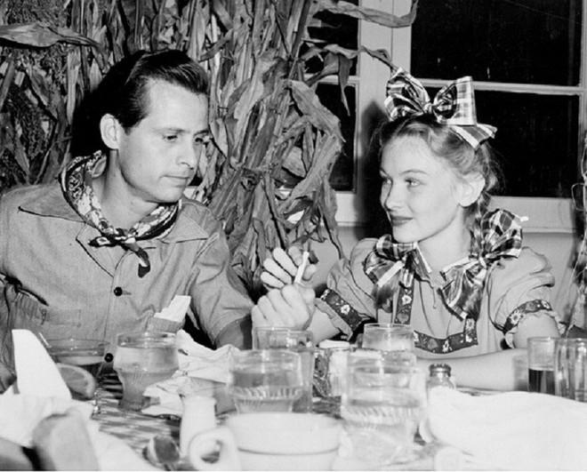 Minh tinh hàng đầu Hollywood bị chỉ trích bỏ chồng lúc hoạn nạn và bi kịch cuối đời - Ảnh 5.