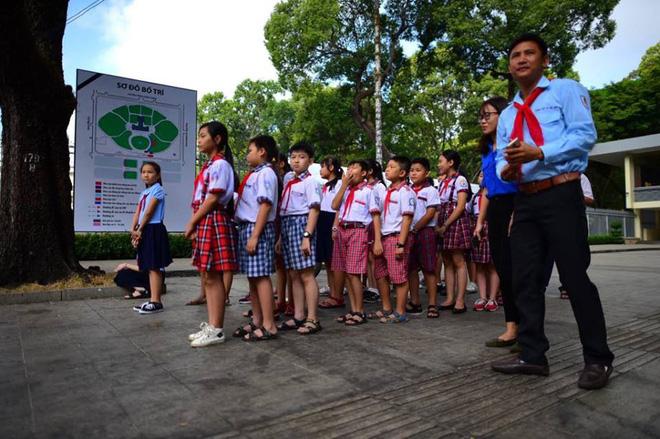 nhiều đoàn học sinh xếp hàng ngay ngắn trước cổng Hội trường Thống Nhất chờ đến giờ vào viếng nguyên Thủ tướng Phan Văn Khải.