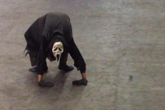 Cận cảnh những pha uốn dẻo kinh dị của nghệ sỹ Troy James  - Ảnh 1.