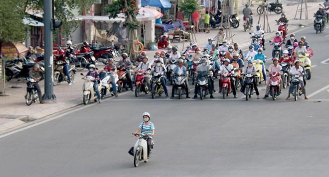 Những chiếc ô tô trong hình hài... xe máy trên đường phố Việt Nam - ảnh 2