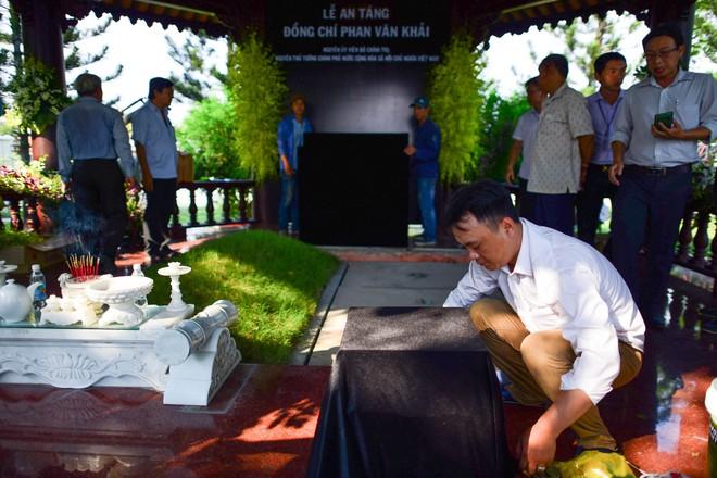 Cận cảnh nơi yên nghỉ của cố Thủ tướng Phan Văn Khải bên cạnh mộ phần người vợ - Ảnh 5.