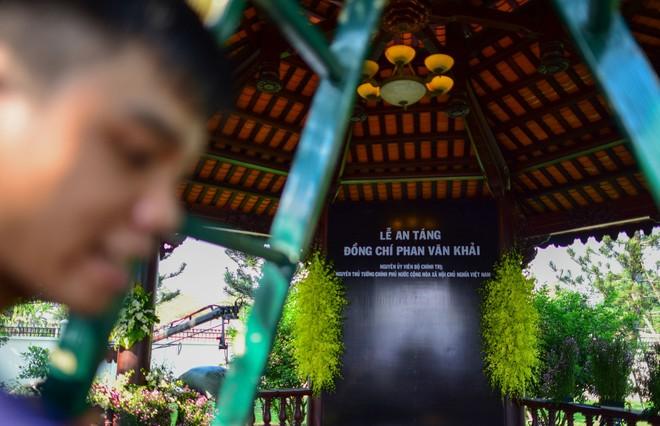 Cận cảnh nơi yên nghỉ của cố Thủ tướng Phan Văn Khải bên cạnh mộ phần người vợ - Ảnh 6.