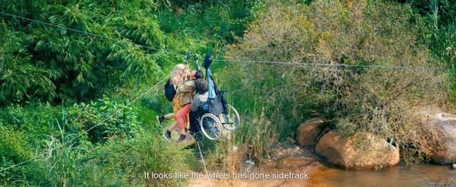 Kiều Minh Tuấn gặp sự cố khi đóng phim, ngồi trên xe lăn treo mình giữa vách núi  - Ảnh 4.