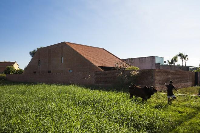 Nhìn ngoài như lò gạch cũ, ngôi nhà mộc ở Long An được báo Mỹ khen hết lời - Ảnh 1.