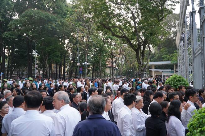 Hàng nghìn người dân Sài Gòn xếp hàng viếng cố Thủ tướng Phan Văn Khải lần cuối - Ảnh 6.