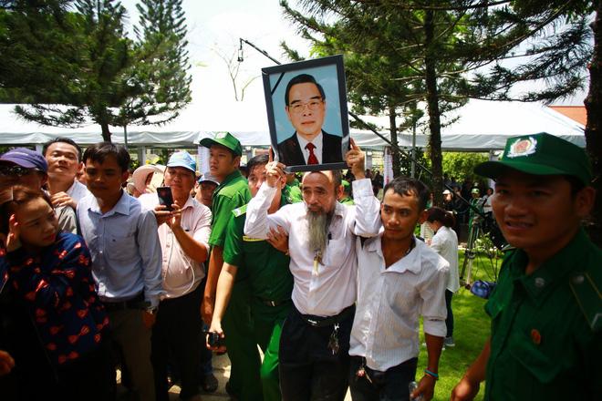 CHÙM ẢNH: Hoa và nước mắt trong ngày tiễn đưa cố Thủ tướng Phan Văn Khải về với đất mẹ - Ảnh 16.