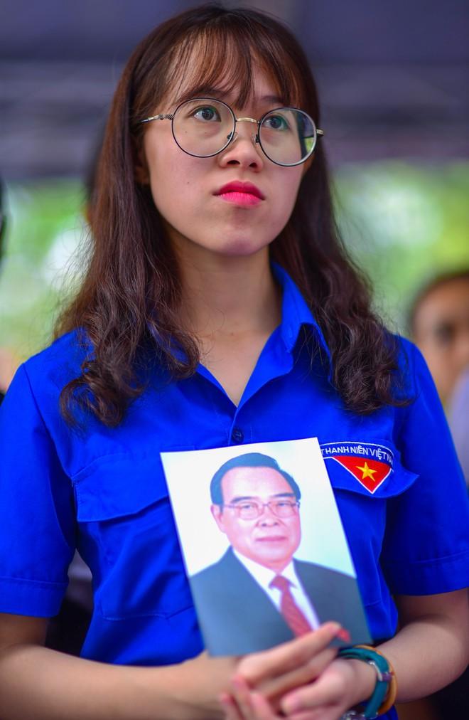 CHÙM ẢNH: Hoa và nước mắt trong ngày tiễn đưa cố Thủ tướng Phan Văn Khải về với đất mẹ - Ảnh 9.