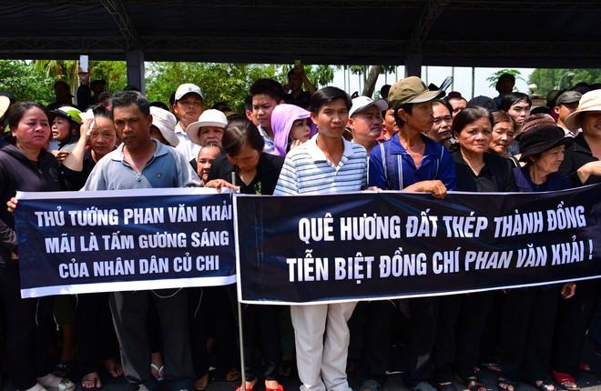 CHÙM ẢNH: Hoa và nước mắt trong ngày tiễn đưa cố Thủ tướng Phan Văn Khải về với đất mẹ - Ảnh 11.