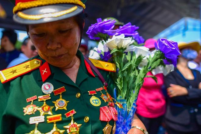 CHÙM ẢNH: Hoa và nước mắt trong ngày tiễn đưa cố Thủ tướng Phan Văn Khải về với đất mẹ - Ảnh 8.
