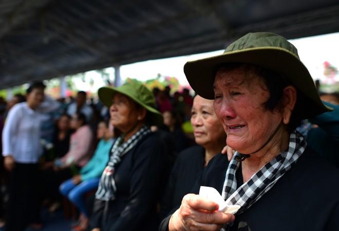 CHÙM ẢNH: Hoa và nước mắt trong ngày tiễn đưa cố Thủ tướng Phan Văn Khải về với đất mẹ - Ảnh 12.
