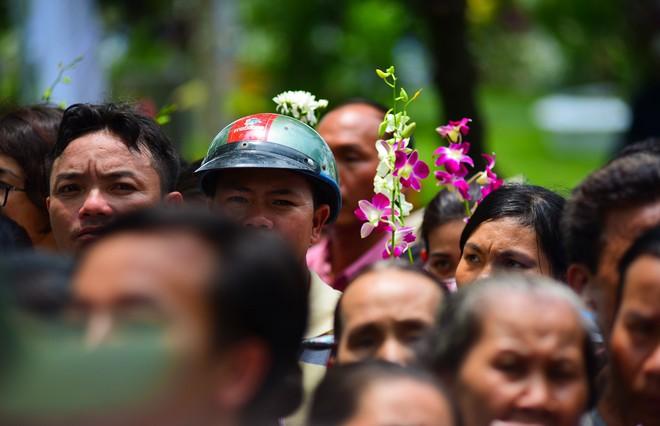 CHÙM ẢNH: Hoa và nước mắt trong ngày tiễn đưa cố Thủ tướng Phan Văn Khải về với đất mẹ - Ảnh 18.