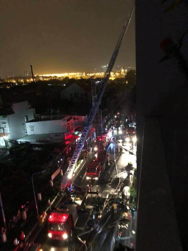 Hiện trường vụ cháy chung cư cao cấp khiến 13 người tử vong, 14 bị thương ở Sài Gòn - Ảnh 2.