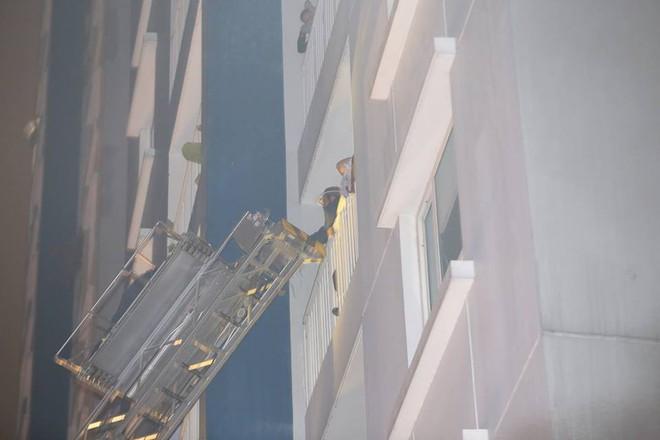 Hiện trường vụ cháy chung cư cao cấp khiến 13 người tử vong, 14 bị thương ở Sài Gòn - Ảnh 5.