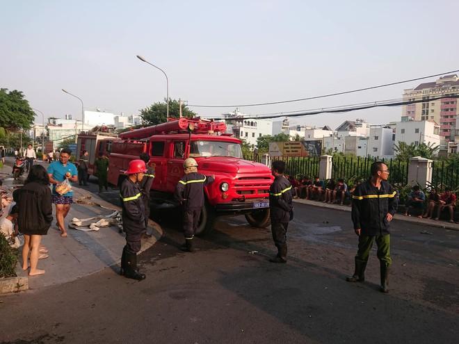 Cảnh tan hoang bên trong chung cư Carina Plaza sau vụ cháy làm 13 người chết - Ảnh 1.