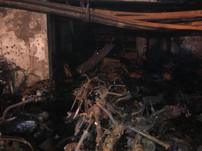 Cảnh tan hoang bên trong chung cư Carina Plaza sau vụ cháy làm 13 người chết - Ảnh 6.