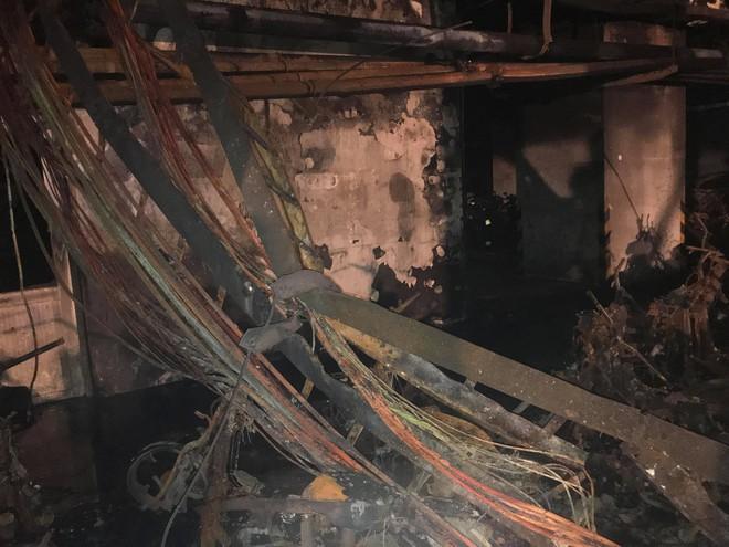 Cảnh tan hoang bên trong chung cư Carina Plaza sau vụ cháy làm 13 người chết - Ảnh 9.