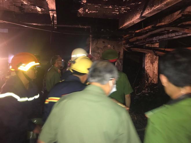 Cảnh tan hoang bên trong chung cư Carina Plaza sau vụ cháy làm 13 người chết - Ảnh 10.