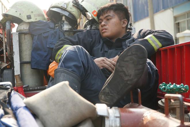 Vụ cháy làm 13 người chết: Cảnh sát PCCC cứu sống hàng trăm người trong chung cư Carina - Ảnh 3.