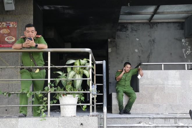 Vụ cháy kinh hoàng ở chung cư Carina: Người dân ấm lòng nhận thức ăn, quần áo miễn phí - Ảnh 3.