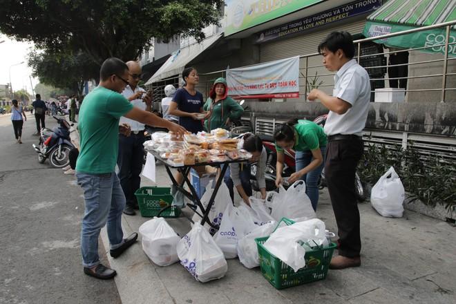 Vụ cháy kinh hoàng ở chung cư Carina: Người dân ấm lòng nhận thức ăn, quần áo miễn phí - Ảnh 6.