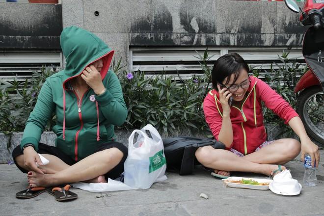 Vụ cháy kinh hoàng ở chung cư Carina: Người dân ấm lòng nhận thức ăn, quần áo miễn phí - Ảnh 13.