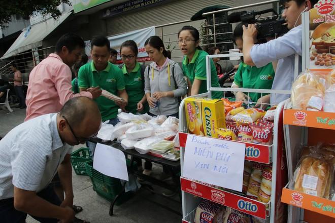 Vụ cháy kinh hoàng ở chung cư Carina: Người dân ấm lòng nhận thức ăn, quần áo miễn phí - Ảnh 14.