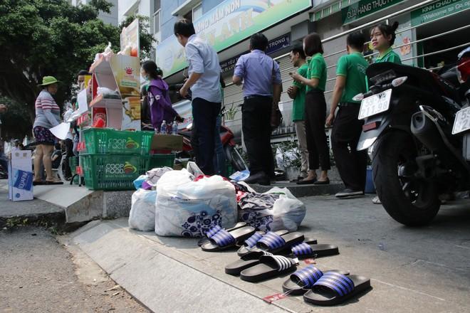 Vụ cháy kinh hoàng ở chung cư Carina: Người dân ấm lòng nhận thức ăn, quần áo miễn phí - Ảnh 11.