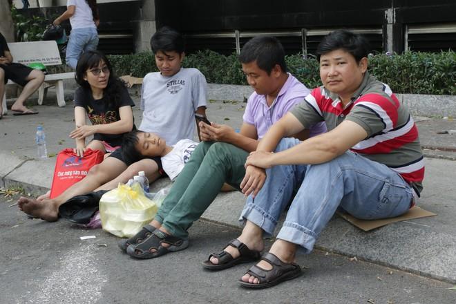 Vụ cháy kinh hoàng ở chung cư Carina: Người dân ấm lòng nhận thức ăn, quần áo miễn phí - Ảnh 4.