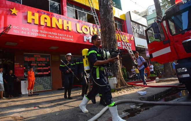 Cháy khách sạn ở Sài Gòn: Giải cứu khẩn cấp 11 khách nước ngoài và 8 người Việt Nam - Ảnh 4.