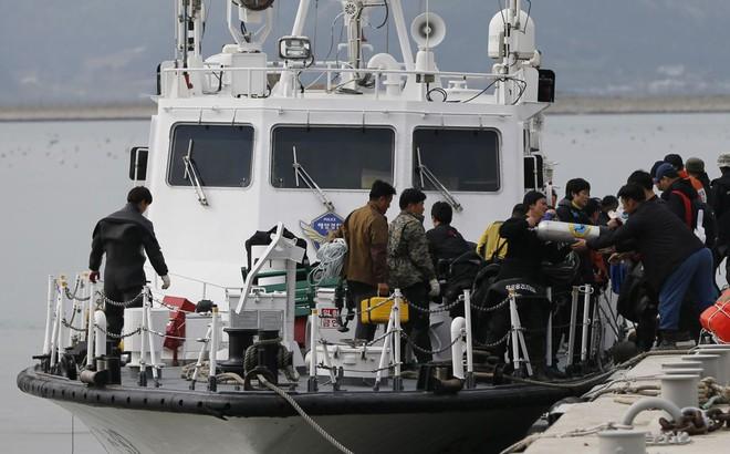 [NÓNG] Hàn Quốc: Phà chở 163 người đâm vào đá gần nơi diễn ra vụ đắm phà Sewol