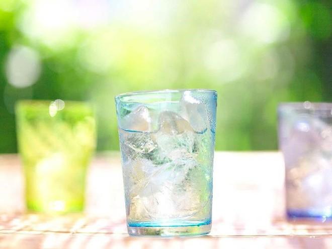 Những sai lầm khi uống nước vào mùa hè - Ảnh 1.