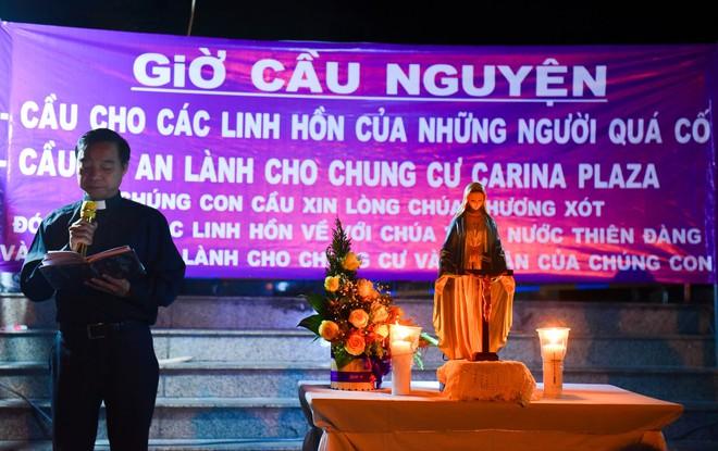 Nước mắt và hoa hồng cho 13 nạn nhân tử nạn sau vụ cháy chung cư Carina - Ảnh 1.