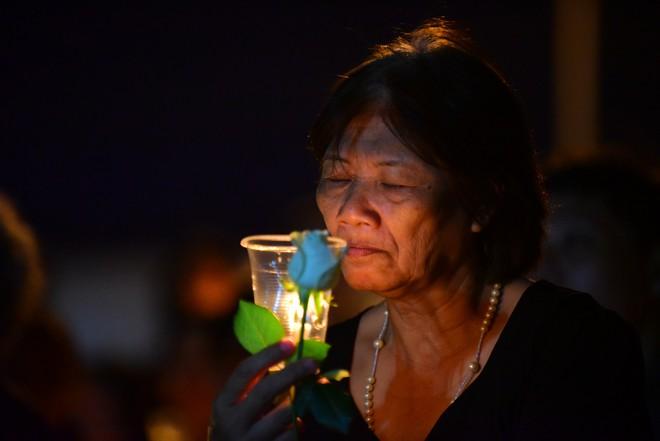 Nước mắt và hoa hồng cho 13 nạn nhân tử nạn sau vụ cháy chung cư Carina - Ảnh 7.