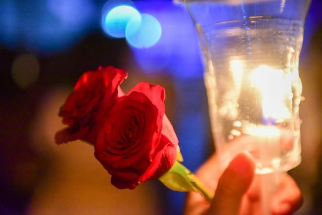 Nước mắt và hoa hồng cho 13 nạn nhân tử nạn sau vụ cháy chung cư Carina - Ảnh 9.