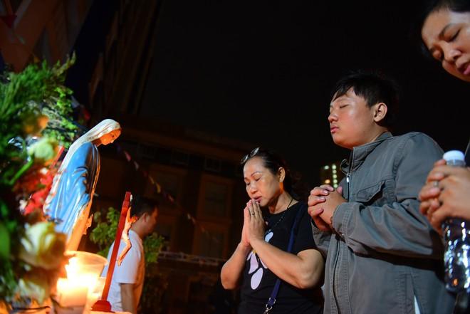 Nước mắt và hoa hồng cho 13 nạn nhân tử nạn sau vụ cháy chung cư Carina - Ảnh 15.
