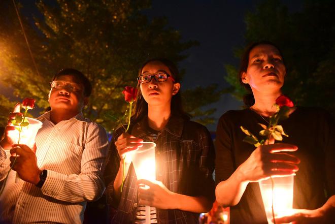 Nước mắt và hoa hồng cho 13 nạn nhân tử nạn sau vụ cháy chung cư Carina - Ảnh 3.