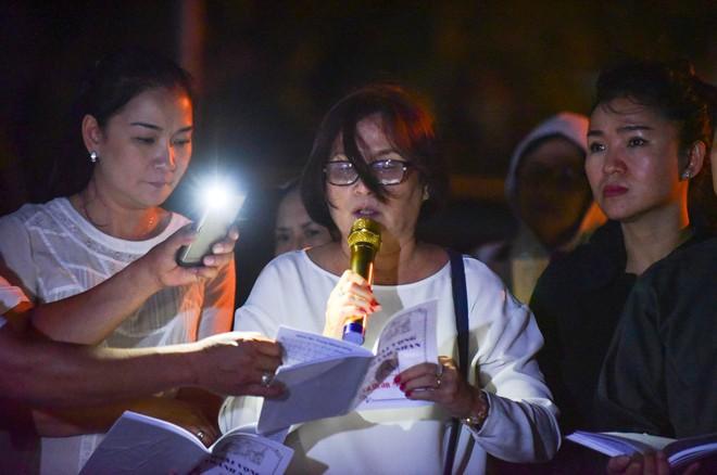 Nước mắt và hoa hồng cho 13 nạn nhân tử nạn sau vụ cháy chung cư Carina - Ảnh 19.