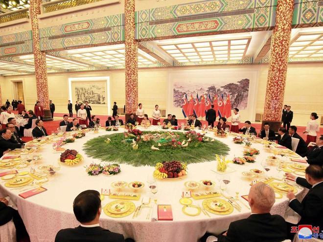 KCNA công bố loạt ảnh mãn nhãn về chuyến thăm Trung Quốc của nhà lãnh đạo Kim Jong-un - Ảnh 14.