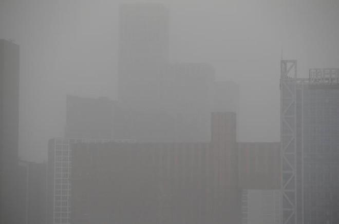 24h qua ảnh: Thủ đô Trung Quốc mù mịt trong bão cát - Ảnh 4.
