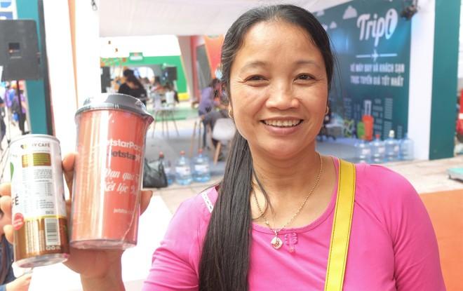 Người dân Hà Nội xếp hàng 7 tiếng đồng hồ săn vé máy bay giá 0 đồng  - Ảnh 3.