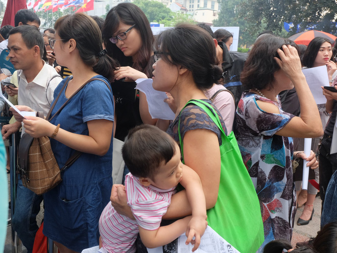 Người dân Hà Nội xếp hàng 7 tiếng đồng hồ săn vé máy bay giá 0 đồng  - Ảnh 5.
