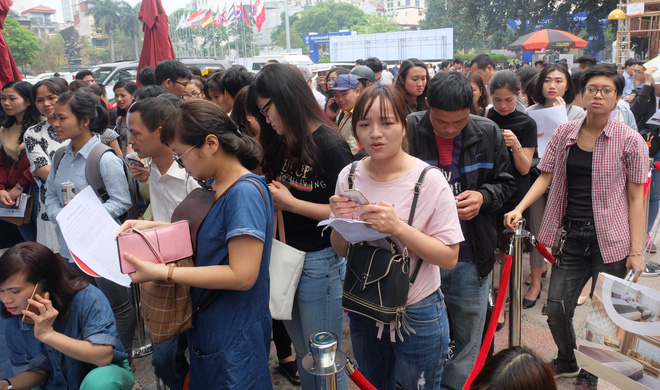 Người dân Hà Nội xếp hàng 7 tiếng đồng hồ săn vé máy bay giá 0 đồng  - Ảnh 6.