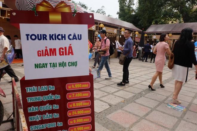 Người dân Hà Nội xếp hàng 7 tiếng đồng hồ săn vé máy bay giá 0 đồng  - Ảnh 9.