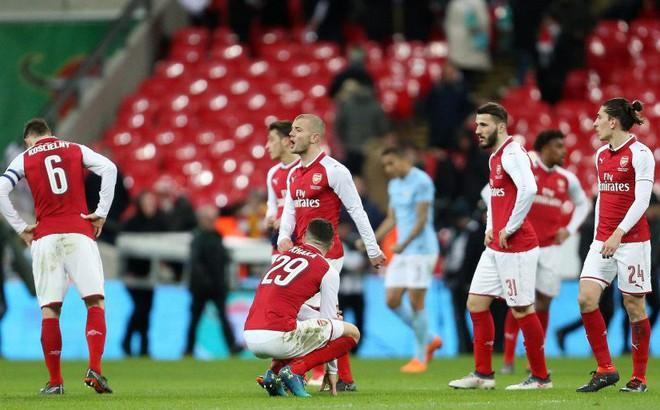 Ở Arsenal giờ đây chỉ còn lời kêu cứu, sự thất bại và một tượng đài sụp đổ